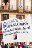 BARCELONA HISZPANIA, PAŹDZIERNIK, - 3, 2017: Demonstranci znoszący plakat podczas protestów w Barcelona Zakończenie Obraz Stock