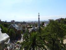 Barcelona, Hiszpania, Parkowy Guell tłoczył się z turystami, drzewami i niebieskim niebem, zdjęcie stock