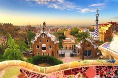 Barcelona, Hiszpania: Parkowy Guell Widok miasto od Parkowego Guell w Barcelona wschodzie słońca Parkowy Guell architektem Antoni zdjęcie stock