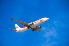 BARCELONA HISZPANIA, SIERPIEŃ, - 20, 2016: Samolot w niebie nad Barcelona Odbitkowa przestrzeń dla teksta Obrazy Stock