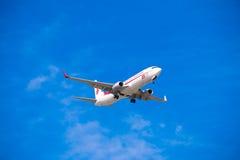 BARCELONA HISZPANIA, SIERPIEŃ, - 20, 2016: Samolot w niebie nad Barcelona Odbitkowa przestrzeń dla teksta Obraz Royalty Free
