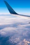 BARCELONA HISZPANIA, Sierpień, - 20, 2016: skrzydło pasażerski samolot, niebieskie niebo, chmury i góry, Odbitkowa przestrzeń dla Zdjęcia Royalty Free