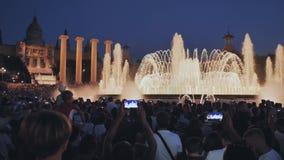 Barcelona Hiszpania, Sierpie?, - 5, 2018: Magiczny fontanny ?wiat?a przedstawienie przy noc? obok muzeum narodowego w Barcelona zbiory