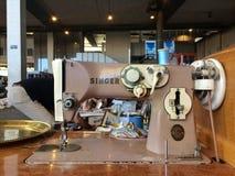Barcelona Hiszpania, Sierpień, - 21, 2016: retro rocznik szwalnej maszyny towary merchandise na pchli targ Obraz Stock