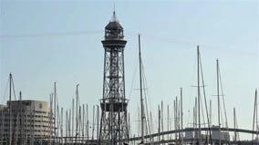 BARCELONA HISZPANIA, STYCZEŃ, - 10, 2018: Transbordador Aeri Del Port ropeway w Portowym Vell w Barcelona, Catalonia Z żagiel łod zbiory wideo