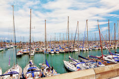 Barcelona, Hiszpania, 2012 05 20 - widok na schronieniu pełno sailboa Fotografia Royalty Free