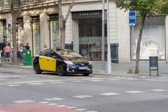 Barcelona, Hiszpania - 25 2016 Wrzesień: Hybrydowy taxi przy taxi przerwą w Barcelona Żółty i czarny taxi samochód parkujący w Ba Obraz Royalty Free