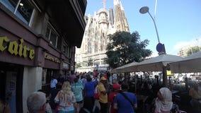 Barcelona Hiszpania, Wrzesień, - 2017: turyści iść Katedralny Sagrada Familia zbiory wideo