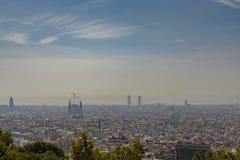 Barcelona horisont i en molnig dag arkivbilder