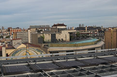Barcelona invånare i andra sätt genom att använda taken av deras byggnader Arkivfoto