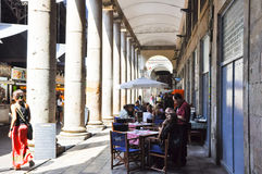 22 Barcelona-JULI: Het lokale restaurant bij La Boqueria in het Gotische Kwart op 22 Juli, 2012 in Barcelona. Catalonië. Spanje. Stock Fotografie