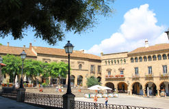 BARCELONA JULI 2017: Kyrklig fasad för traditionell gammal spanjor Arkivfoton