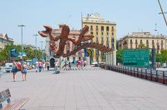 BARCELONA 25. JULI: Lächelnde Garnele auf Barcelonas Seeseite am 25. Juli 2013 in Barcelona. Katalonien, Spanien. Lizenzfreie Stockbilder