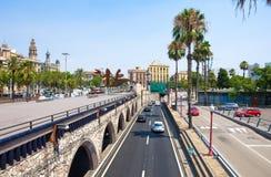 BARCELONA-JULY 25 :巴塞罗那的街道和沿海岸区2013年7月25日在巴塞罗那。卡塔龙尼亚,西班牙。 免版税库存图片