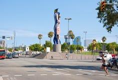 BARCELONA-JULY 25: Barcelonas sjösida och Cara de Barcelona på Juli 25, 2013 i Barcelona. Catalonia Spanien. Arkivbild
