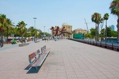BARCELONA-JULY 25: Barcelonas sjösida på Juli 25, 2013 i Barcelona. Catalonia Spanien. Royaltyfria Foton