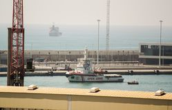 BARCELONA - JULY 4, 2018: Proactiva Open Arms ONG ship arrives to Barcelona harbour on May 5, 2018 in Barcelona stock photos