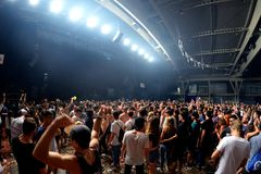 Crowd dance in a concert at Sonar Festival. BARCELONA - JUN 19: Crowd dance in a concert at Sonar Festival on June 19, 2015 in Barcelona, Spain Royalty Free Stock Photos