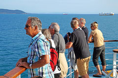 BARCELONA - JUNI 2, 2016: een groep die mensen op de horizon van boot letten die bij de haven aankomen Stock Afbeeldingen