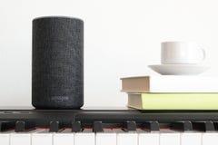 BARCELONA - JUNI 2018: Service Amazonas Echo Smart Home Alexa Voice an einem Klavier in einem Wohnzimmer am 20. Juni 2018 in Barc Lizenzfreie Stockfotos