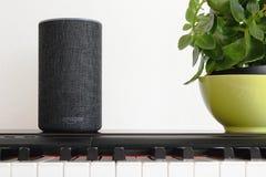 BARCELONA - JUNI 2018: Service Amazonas Echo Smart Home Alexa Voice an einem Klavier in einem Wohnzimmer am 20. Juni 2018 in Barc Stockfoto