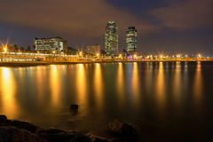 Barcelona-Küstenlinie nachts Stockbilder