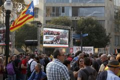 Barcelona, Katalonien, Spanien, am 27. Oktober 2017: Leute feiern Abstimmung, um Unabhängigkeit von Catalunya nahe Parc Ciutadell lizenzfreie stockfotografie