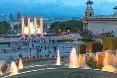 BARCELONA - MAJ 12, 2018: Magisk springbrunnljusshow med turisten Royaltyfria Foton