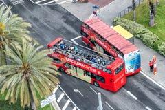 BARCELONA - MAJ 13, 2018: Sightbussar längs stadsvägar lodisar Royaltyfri Bild