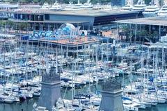 BARCELONA - MAJ 13, 2018: Stadsport med fartyg och turister stång Royaltyfria Foton