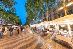BARCELONA - MAJ 11, 2018: Turister längs La Rambla på en vår n Royaltyfri Fotografi