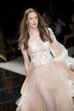 BARCELONA mody BRIDAL tydzień - YOLAN CRIS wybieg zdjęcie royalty free