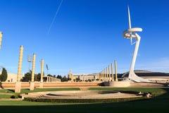 Barcelona Olympic Stadium som är olympic parkerar, Placa D Europa och det Montjuic kommunikationstornet Arkivfoto