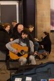BARCELONA, PLACITA DE LA SAU, em dezembro de 2016 desempenho do músico da rua Fotografia de Stock