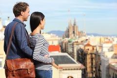 Barcelona - romantisch paar die stadsmening bekijken Stock Afbeelding