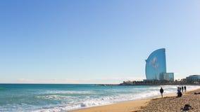 Barcelona słońca światła plaży serfers Spain i sławny hotelu 4k czasu upływ zbiory