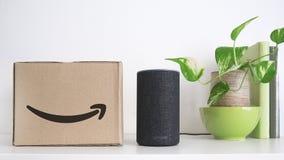 BARCELONA - SEPTEMBER 2018: De Dienst van Amazonië Echo Smart Home Alexa Voice naast een orde in een kartondoos op een plank Somm royalty-vrije stock foto's