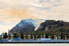 Barcelona Sikt av den Montjuic kullen på brand på Februari 13th, 2016 Montjuic är en av de viktigaste sikten av Barcelona Arkivfoton