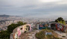 Barcelona sikt från den gamla bunker med grafiti Arkivfoto