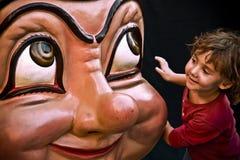 Barcelona, Spain agosto, 15, 2008 Criança que joga na rua com uma cabeça grande Imagens de Stock