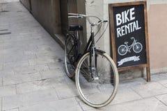 BARCELONA, SPAIN-AUGUST 8,2015: Tienda de alquiler de la bici en cuarto de galón llevado EL fotografía de archivo libre de regalías