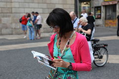 BARCELONA SPAIN - JUNE 9:: Tourist looks in a map June 9, 2012 i Stock Photography