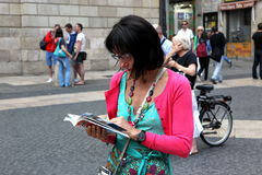 BARCELONA SPAIN - JUNE 9:: Tourist looks in a map June 9, 2012 i Royalty Free Stock Image