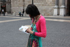 BARCELONA SPAIN - JUNE 9:: Tourist looks in a map June 9, 2012 i Stock Photos