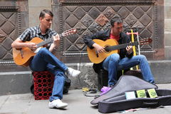 BARCELONA SPAIN - JUNE 9: Unidentified musician play before publ Stock Images