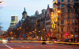 barcelona spain Passeig de Gracia i vintersolnedgång Arkivbilder