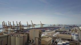 BARCELONA SPANIEN - APRIL, 15, 2017 Antennskott av hamnkranar, portlagringslättheten och den stora behållaregården Arkivbild
