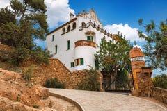 Barcelona Spanien - April 19, 2016: CasaTrias e Domenech parkerar in Guell som planläggs av Antoni Gaudi Arkivbilder