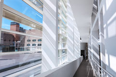 Barcelona Spanien - April 18, 2016: inre MACBA Museo De Arte Contemporaneo, museum av samtida konst Arkivbild