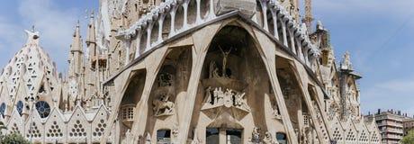BARCELONA SPANIEN - April 25, 2018: La Sagrada Familia - den mäktiga domkyrkan planlade av Gaudi, som är byggande Royaltyfri Foto